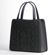 コード刺繍が存在感を放つフォーマルトートバッグ