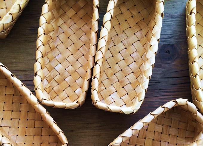 木目のあたたかさを感じられる大きめの編みこみが人気のシリーズ