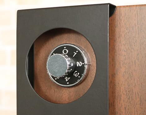 鍵を使って宅配ボックスを開錠する