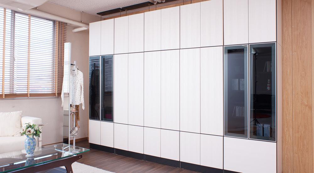 お部屋が広く見えるホワイトの扉ですっきり大量収納