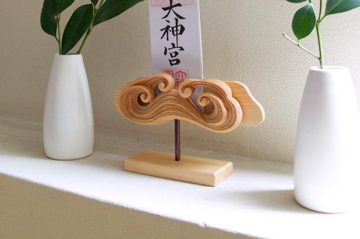 お札立て 簡易 木彫 置き式(H型・桧)KU-H-05 雲型 無塗装 マグネット式