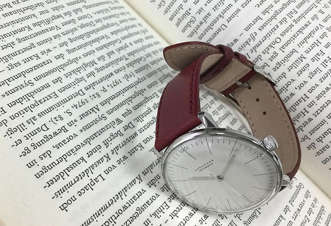 エイジングによる艶、色の深みを愉しめるクラッシックな時計におすすめです。