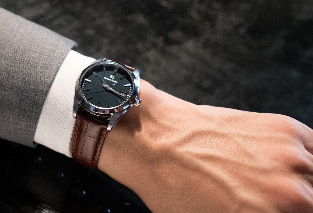 グランドセイコーなどの片開きのDバックルに対応。品格ある装いで時計をグレードアップします。