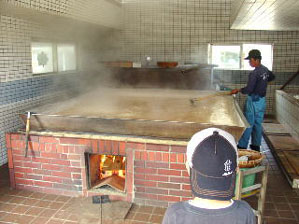 釜焚きの塩は、薪の柔らかな火でじっくり煮詰められて行きます