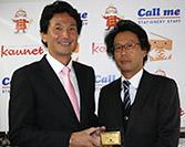 カウネット高橋健一郎社長と受賞式の様子(当社オフィスにて)