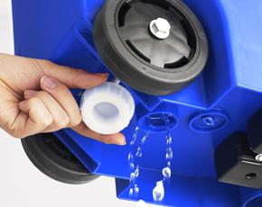 容器底面に排水栓付き。汚れてしまった容器を丸洗いするときや、生ゴミから出る水分を排水できます。排水栓は外側から開ける事が出来ます。