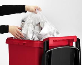 ゴミ捨ての邪魔にならないフルオープン蓋。蓋は270°開きますので、両手いっぱいのゴミを容器に入れるときも邪魔になりません。