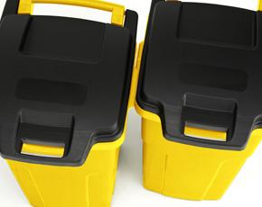 簡易連結機能付き。スライド式の簡易連結機能付き。同じゴミ箱を並べて置くときにきっちり揃い、風による転倒も軽減されます。70C2と90C2どうしでも連結できます。